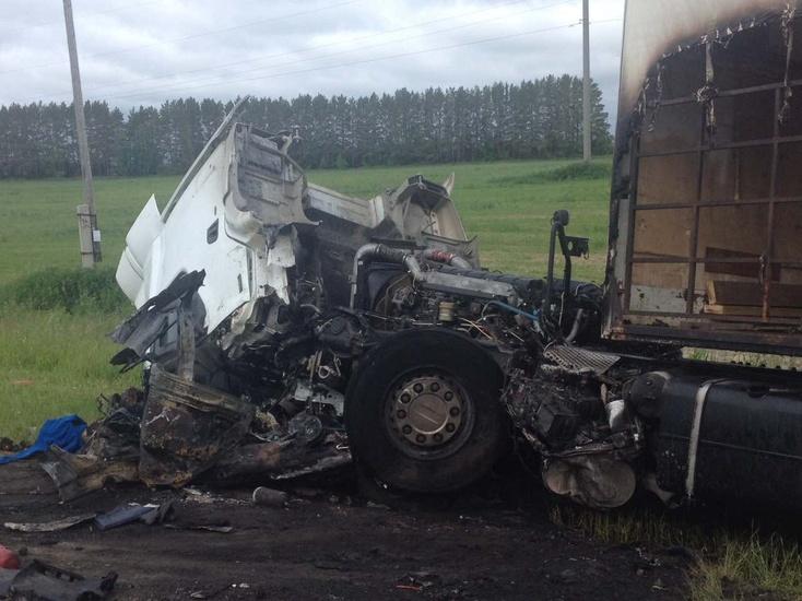 Натюменской трассе загорелись столкнувшиеся легковушка и грузовой автомобиль: двое погибших