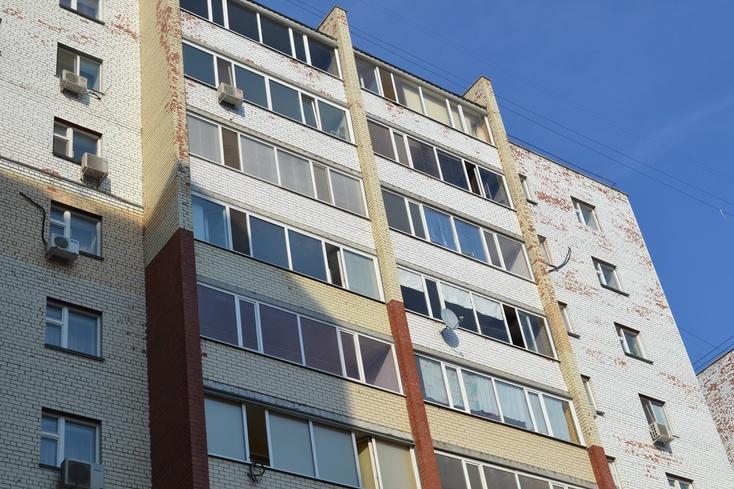 Тюменская школьница упала свосьмого этажа иразбилась насмерть