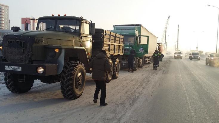 ВТюмени инспекторы ГИБДД помогли замерзающему шоферу большегруза