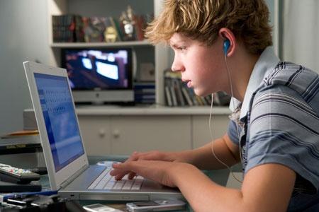 Ученые рассчитали время сидения закомпьютером, после которого мозг молодых людей начинает «плавиться»