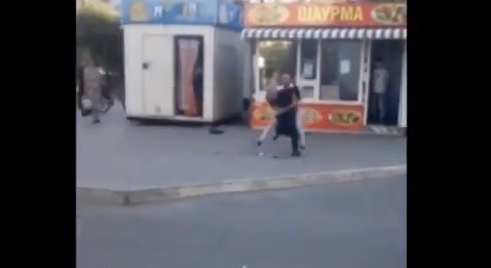 ВТюмени продавец «Шаурмы» бегал сножом запокупателями