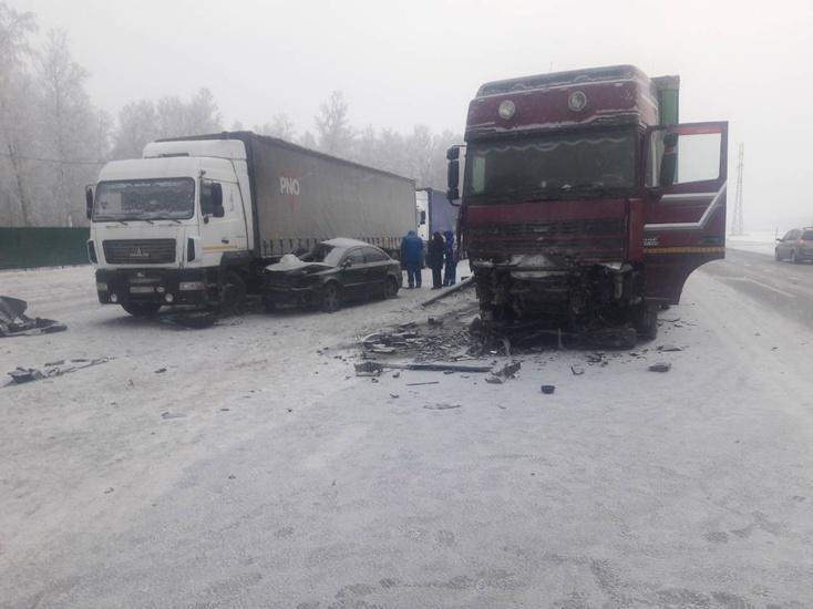 В аварии с двумя фурами погибли девушки, ехавшие в Омск