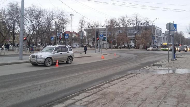 ВТюмени белый «Фольксваген Тигуан» сбил юношу и исчез сместа ДТП