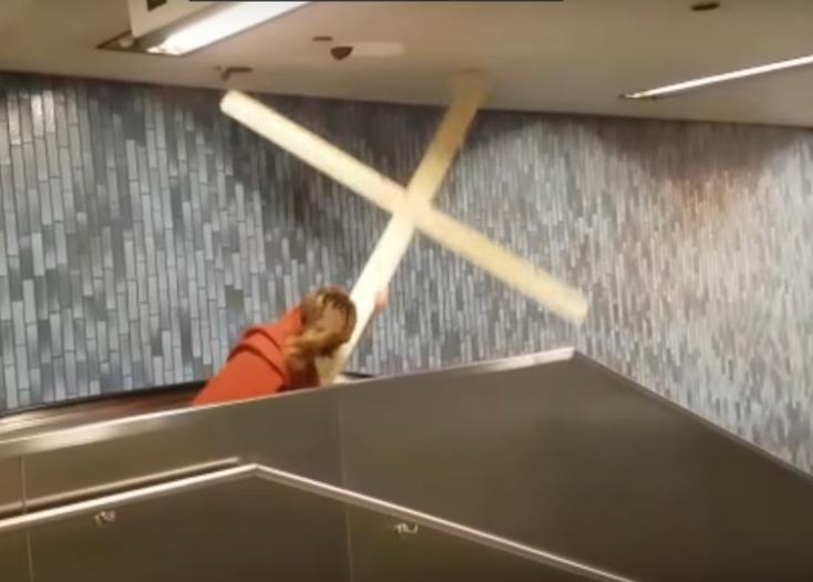 Мужчина вкостюме Иисуса пробил крестом потолок вметро