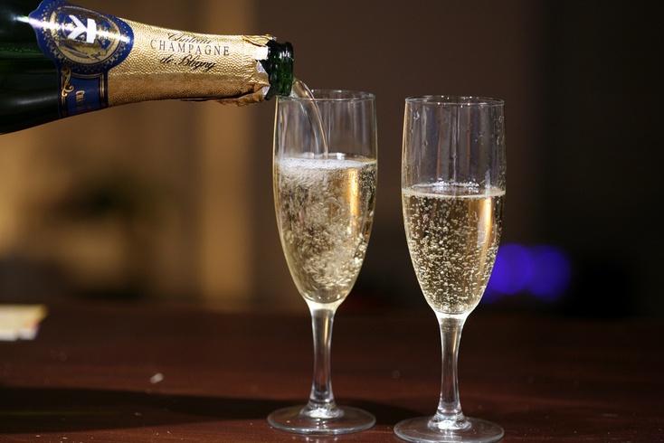 Учёные узнали, как шампанское влияет намозг человека