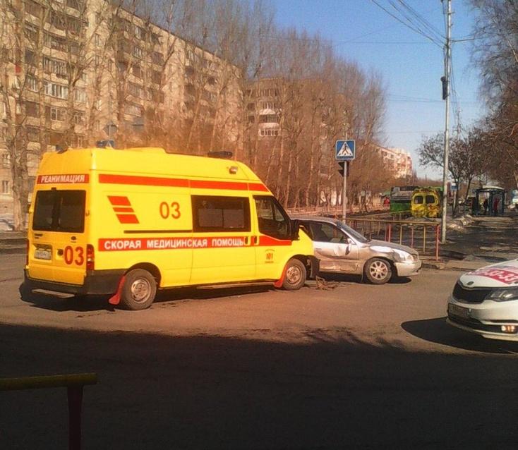 ВТюмени «легковушка» врезалась вавтомобиль «скорой помощи»