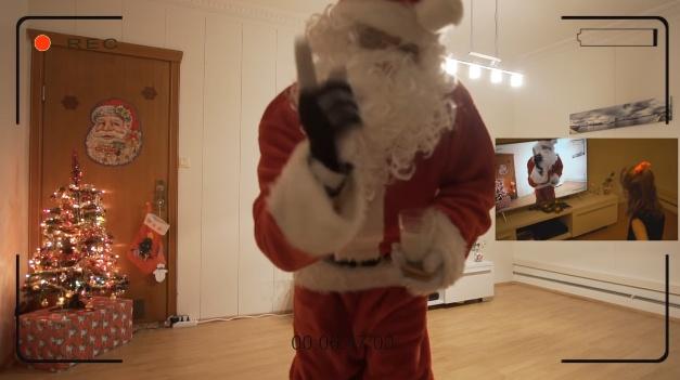 Отец снял для дочери визит Санты-Клауса наскрытую камеру