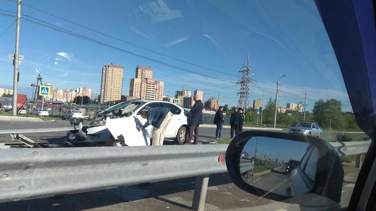 Тюменский таксист влетел вотбойник ичудом остался живой