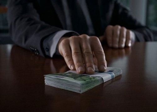 Гражданин Ноябрьска хотел подкупить сотрудника тюменского банка