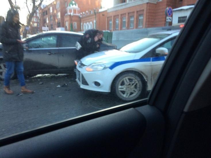 ВТюмени наперекрёстке Ленина иКирова «Форд» столкнулся савтомобилем ДПС