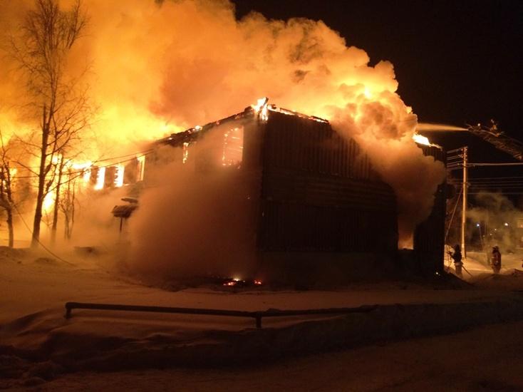 Пожар уничтожил дом на32 квартиры вНефтеюганске