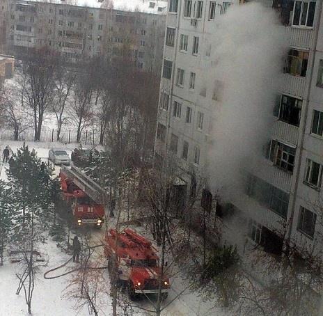 НаМоторостроителей вТюмени полыхает квартира: изогня вынесли 2-х человек