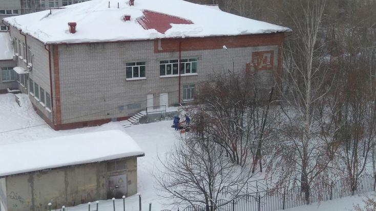 ВТюмени скрыши школы упал мужчина