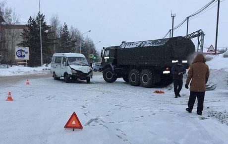 ВНижневартовске КАМАЗ врезался вмаршрутку. Ранены шесть человек