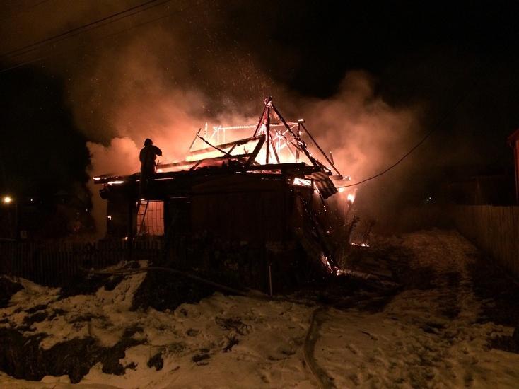 Втюменском поселке Березняковском пылал дом