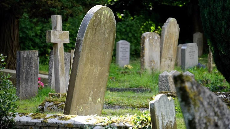 Директора похоронного агентства вТюмени подозревают вовзятке