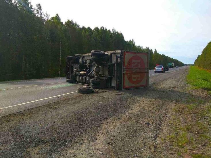 Натрассе Тюмень-Ханты-Мансийск перевернулся грузовой автомобиль с«красным» и«белым»