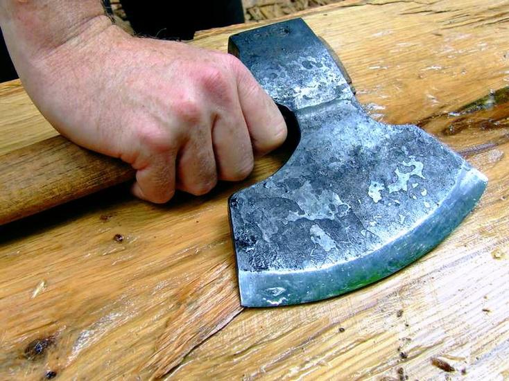 Гражданин Тюмени зверски ударил соседа ножом инапал с тесаком научасткового
