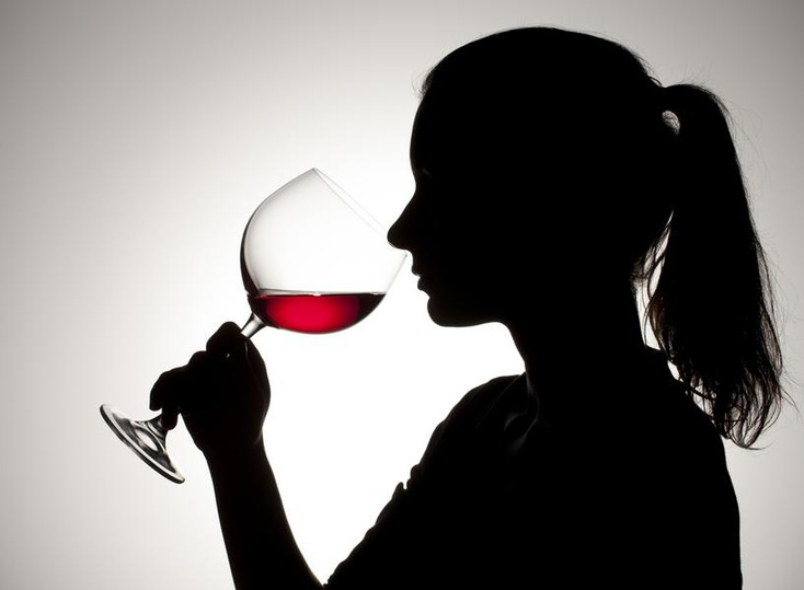 Употребление вина из больших бокалов заставляет людей пить больше