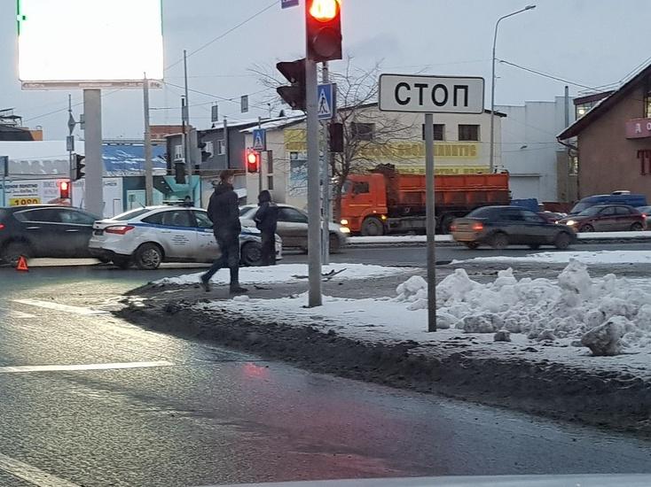 ВТюмени шофёр иномарки протаранил полицейский автомобиль