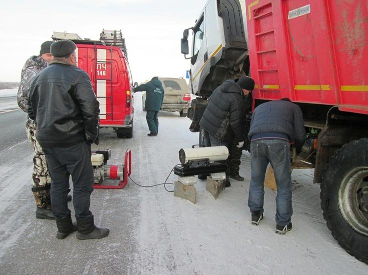 Тюменские cотрудники экстренных служб оказали помощь замерзшим водителям