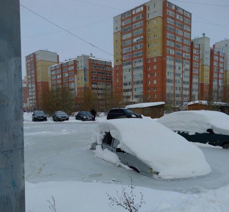 ВТюмени из-за порыва водопровода машины сковал лед